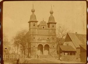 """Vor Schloss Raesfeld gehen einige Passanten spazieren. (Quelle: Film """"Rote Erde"""")"""