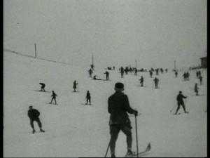 """Die Tourismuswerbung kommt dennoch nicht zu kurz: Skifahrer im Hochsauerland. (Quelle: Film """"Durch das schöne Westfalen"""")"""