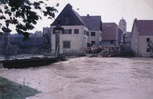 Die Almebrücke in Schloß Neuhaus kann dem Druck nicht standhalten und zerbirst in den frühen Morgenstunden des 17. Juli. (Foto: Kreisarchiv Paderborn)