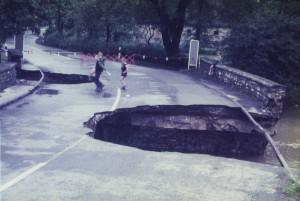 Die zerstörte Almebrücke in Büren-Wewelsburg (Foto: Kreisarchiv Paderborn)