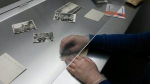 Reinigung von Fotos aus dem Nachlass Max von Bocholtz-Asseburg an der Werkbank