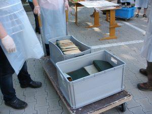 Vorbereitetes Bergungsgut: gewässerte Bücher und Akten(Stadtarchiv Greven, F3D-638, Foto: Angelika Haves)