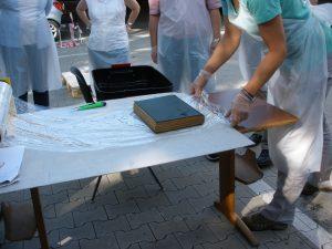 Einwickeln von wassergeschädigtem Archivgut in Stretchfolie (Stadtarchiv Greven, F3D-644, Foto: Angelika Haves)